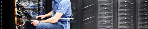 Человек с ноутбуком в серверной